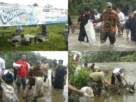 Bebersih Ciliwung. Wagub Jawa Barat beserta jajaran dan elemen
