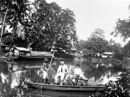 COLLECTIE_TROPENMUSEUM_Overzetpont_op_de_Tjiliwoeng-rivier_Batavia_TMnr_10014073