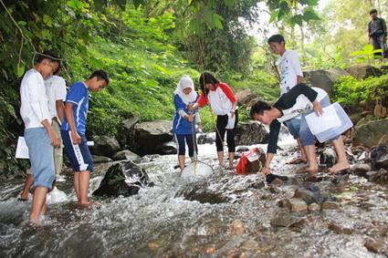 Kegiatan-uji-kesehatan-sungai-dengan-menggunakan-biotilik-oleh-pelajar-SMK-Gazza-Megamendung