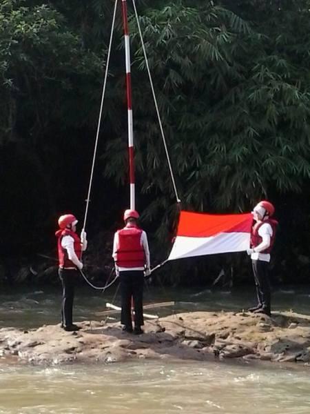 pengibaran-bendera-di-Ciliwung_by-Entis-Sutisna